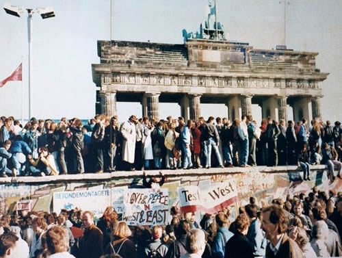 Germans-standing-on-berlin-wall